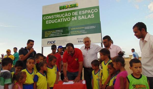 Imagens da Assinatura da Ordem de Serviço para Construção de uma Unidade Escola no Povoado de Sapecado.