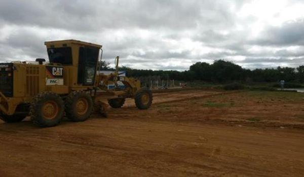 Inicio da terraplanagem para a construção do parque tanque grande.